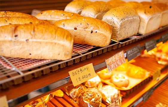 棚に並ぶパンの画像