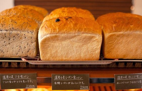 棚に並ぶ食パンの画像