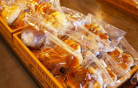 パンの敷き詰められたトレイ
