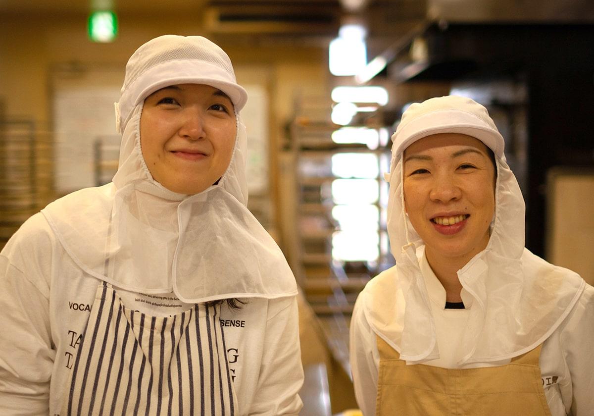 笑顔の作業員二人の画像