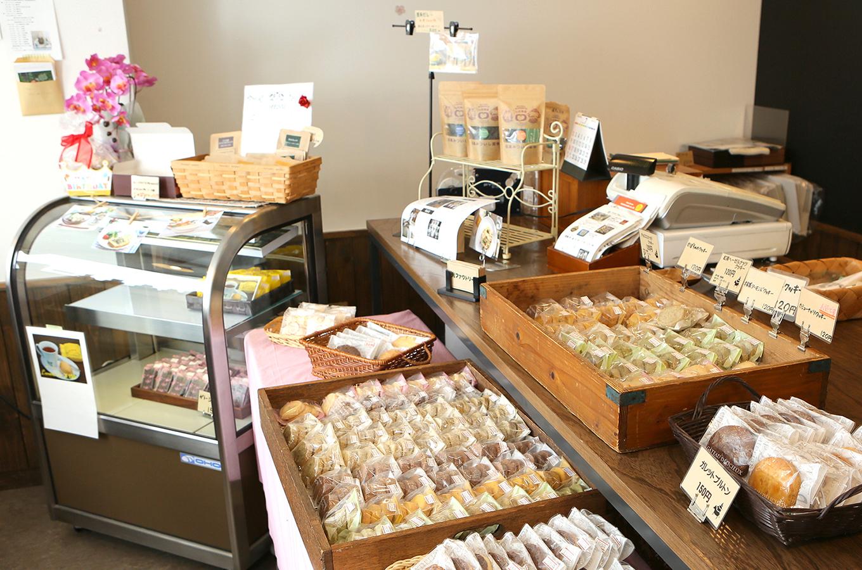 光ファクトリー店内焼き菓子の並ぶ陳列棚